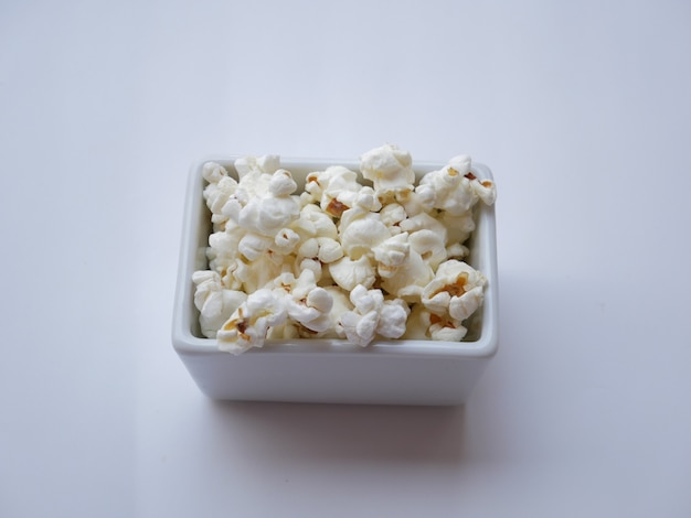 Zbliżenie Popcorn Na Białym Tle Premium Zdjęcia