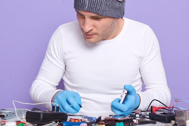 Zbliżenie Portret Baczny Dobrze Wykwalifikowany Elektronik Robi Naprawie Darmowe Zdjęcia