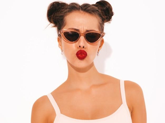 Zbliżenie Portret Młodej Pięknej Kobiety Sexy Hipster Z Czerwonymi Ustami W Okularach Przeciwsłonecznych. Darmowe Zdjęcia