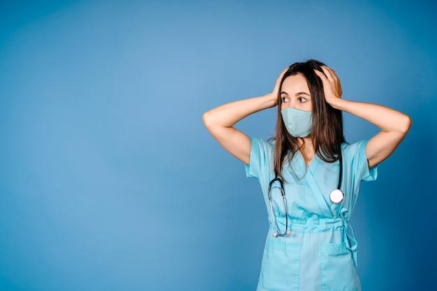 Zbliżenie Portret Niegrzeczny Sfrustrowany Zdenerwowany Przytłoczony, Szalony Pracownik Służby Zdrowia, Krzyczący Na Pielęgniarkę Premium Zdjęcia