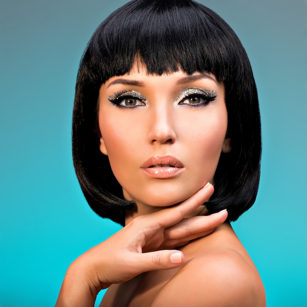 Zbliżenie Portret Pięknej Kobiety Z Fryzurą Bob. Twarz Modelki Z Kreatywnym Makijażem Darmowe Zdjęcia