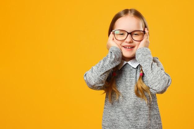 Zbliżenie Portret Rozochocona Mała Dziewczynka Na żółtym Tle Premium Zdjęcia