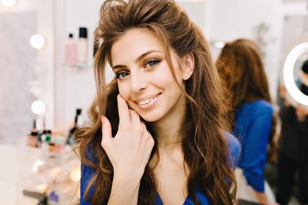 Zbliżenie Portret Stylowe Słodkie Młoda Kobieta Z Długimi Włosami Brunetka Uśmiecha Się Do Kamery W Salonie Fryzjerskim Darmowe Zdjęcia