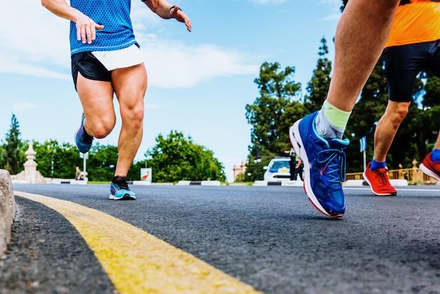Zbliżenie potężnych nóg i mięśni czworokątnych biegacza w pełnym wysiłku Premium Zdjęcia