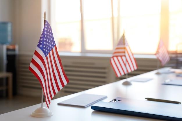 Zbliżenie Powierzchni Pustego Lokalu Wyborczego Ozdobionego Amerykańskimi Flagami W Dniu Wyborów, Miejsce Na Kopię Premium Zdjęcia