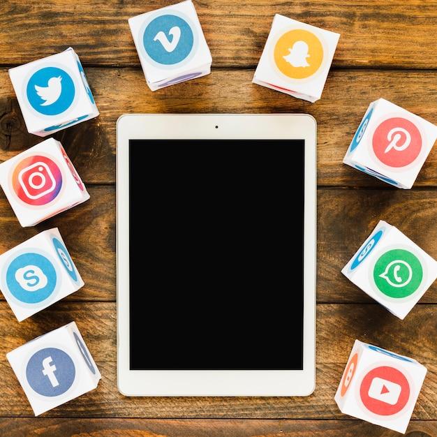 Zbliżenie pusty ekran cyfrowy tablicowy z pola mediów społecznościowych ikony Darmowe Zdjęcia