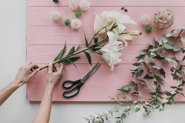 Zbliżenie Ręce Trzymając Kwiaty Darmowe Zdjęcia