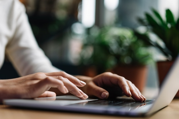 Zbliżenie Ręce, Wpisując Na Klawiaturze Premium Zdjęcia