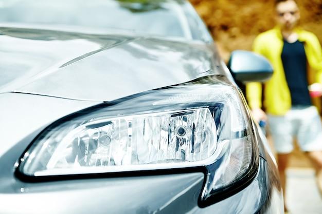 Zbliżenie Reflektory Szary Samochód Z Mężczyzna Darmowe Zdjęcia