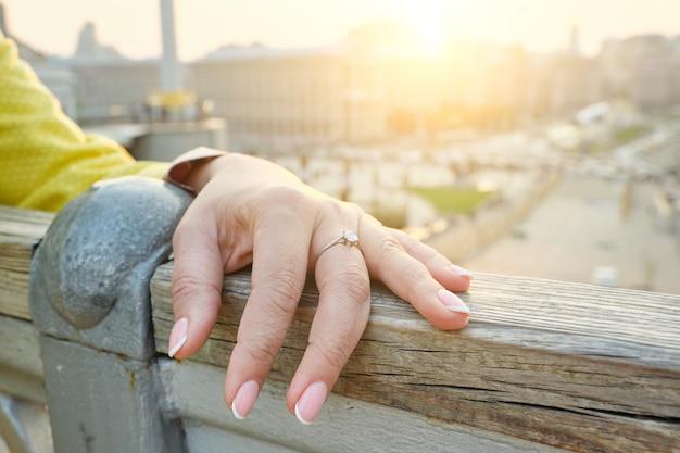 Zbliżenie ręki dojrzała kobieta, gwoździe z manicure'em, pierścionek na palcu Premium Zdjęcia
