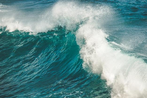 Zbliżenie Rozpryskiwania, Upuszczając Falę Oceanu. Bali Premium Zdjęcia