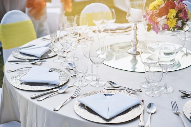 Zbliżenie ślubu obiadowy stołowy położenie z wodnymi szkłami Premium Zdjęcia