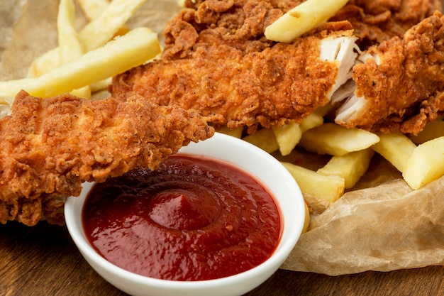 Zbliżenie Smażony Kurczak I Frytki Z Keczupem Premium Zdjęcia