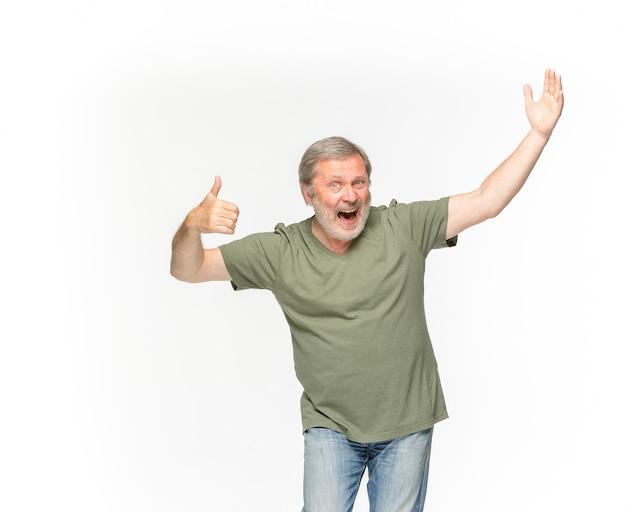 Zbliżenie Starszego Mężczyzna Ciało W Pustej Zielonej Koszulce Odizolowywającej Na Biel Przestrzeni. Makiety Koncepcji Disign Darmowe Zdjęcia