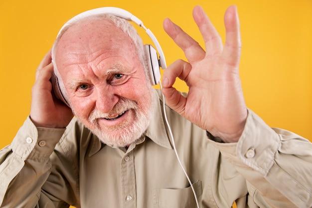 Zbliżenie Starszy Daje Ok Na Muzykę Darmowe Zdjęcia