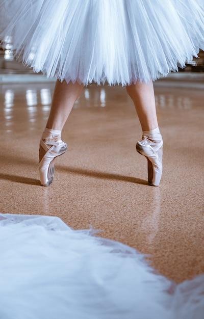Zbliżenie Stóp Młodej Baletnicy W Pointe Butach Darmowe Zdjęcia