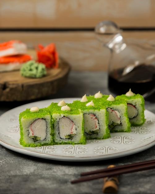 Zbliżenie Sushi Zestaw Z Paluszków Krabowych, Ogórek, Pokryte Zielonym Tobiko Darmowe Zdjęcia
