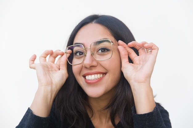 Zbliżenie Szczęśliwa Radosna Kobieta Przystosowywa Szkła Darmowe Zdjęcia