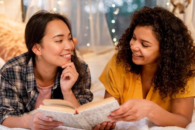 Zbliżenie Szczęśliwych Kobiet Przyjaciół Czytania Darmowe Zdjęcia
