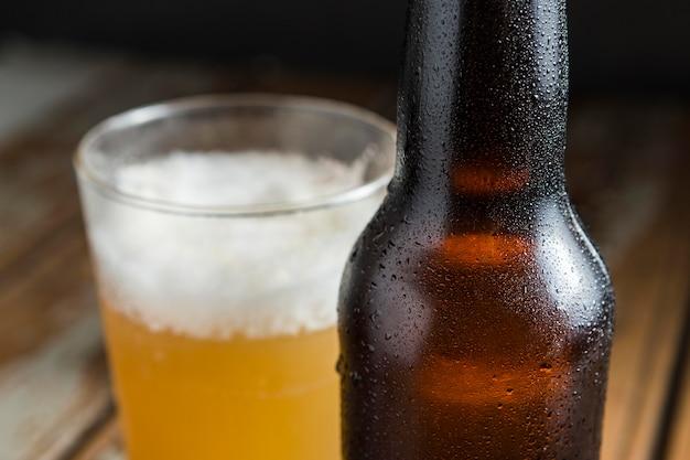 Zbliżenie: Szklana Butelka Piwa Z Orzechami Darmowe Zdjęcia