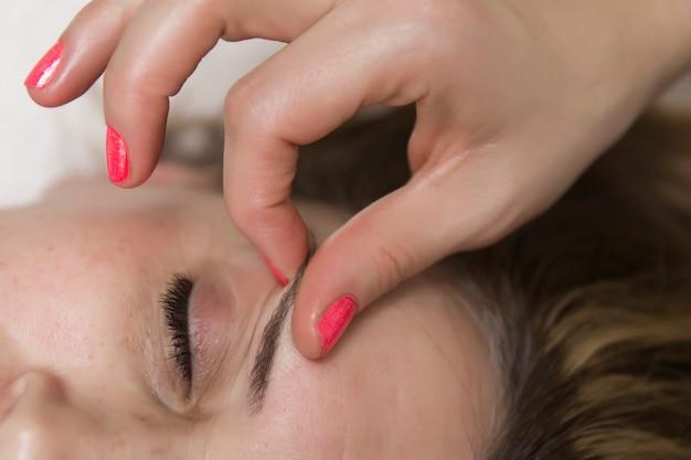 Zbliżenie Twarz Kobieta Ma Twarzowego Masaż W Zdroju Premium Zdjęcia