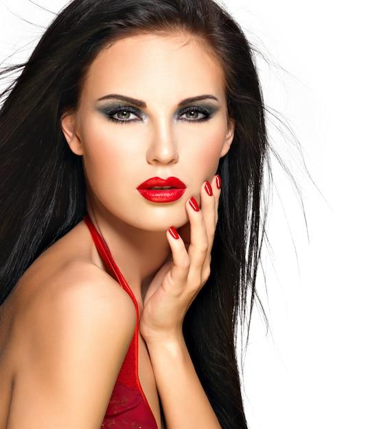 Zbliżenie Twarzy Pięknej Kobiety Brunetka Z Czerwonymi Ustami I Paznokciami Darmowe Zdjęcia