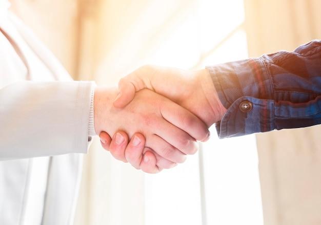 Zbliżenie uścisk dłoni partnerów biznesowych w biurze Darmowe Zdjęcia