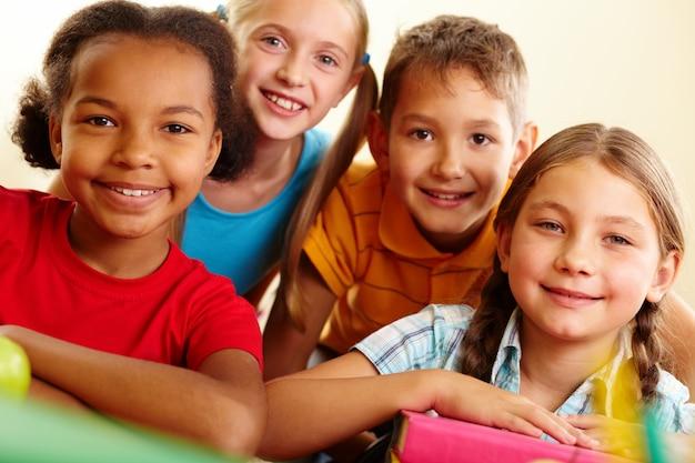 Zbliżenie uśmiechnięte dzieci w wieku szkolnym Darmowe Zdjęcia