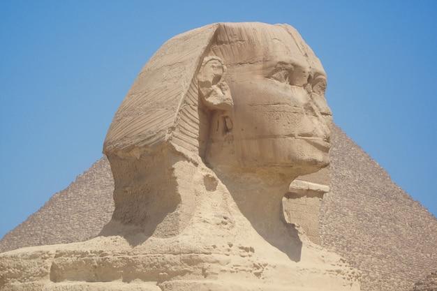 Zbliżenie Widok Sfinks Głowa Z Ostrosłupem W Giza Blisko Kair, Egipt Premium Zdjęcia