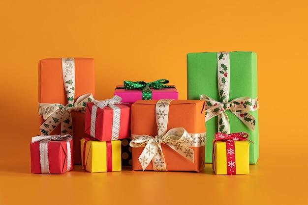 Zbliżenie Wielobarwne Pudełka Na Prezenty W Pomarańczowym Tle, świąteczny Nastrój Darmowe Zdjęcia