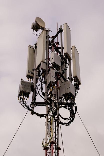 Zbliżenie Wieży Z Anteną Sieci Komórkowej 5g I 4g Premium Zdjęcia