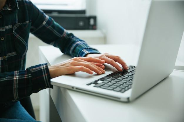 Zbliżenie Wizerunek Ręki Używać I Pisać Na Maszynie Na Laptop Klawiaturze Premium Zdjęcia
