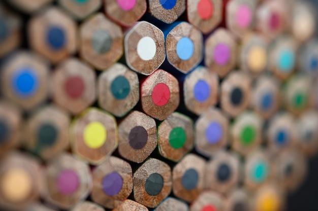 Zbliżenie Z Grupą Barwionych Ołówków, Wybrana Ostrość, Czerwień Darmowe Zdjęcia