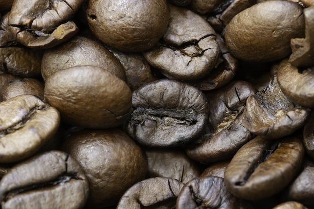 Zbliżenie Z Palonych Ziaren Kawy Pod światłami Z Niewyraźnymi Krawędziami Darmowe Zdjęcia