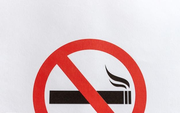 Zbliżenie zakaz palenia znak na białym tle papieru Premium Zdjęcia