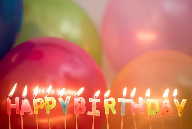 Zbliżenie zaświecający urodzinowy świeczek urodziny życzy pojęcie Darmowe Zdjęcia