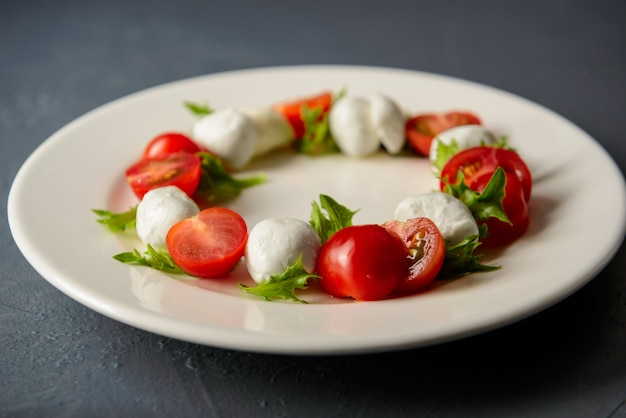 Zbliżenie Zdjęcie Sałatki Caprese Z Mozzarellą I Pomidorem Darmowe Zdjęcia