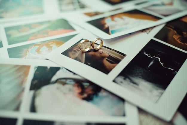 Zbliżenie złote obrączki na zdjęciach Premium Zdjęcia