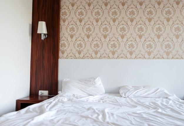 Zdemontowałem łóżko W Hotelu Z Białą Pościelą. Premium Zdjęcia