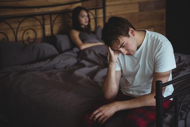 Zdenerwowana Para Ignoruje Się Nawzajem Po Walce Na łóżku Darmowe Zdjęcia