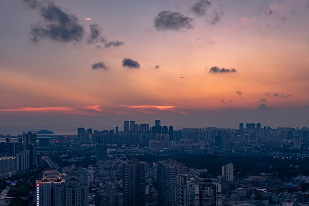 Zdjęcia Lotnicze Dużego Miasta Pod Pomarańczowo-niebieskim Pochmurnym Niebem O Zachodzie Słońca Darmowe Zdjęcia