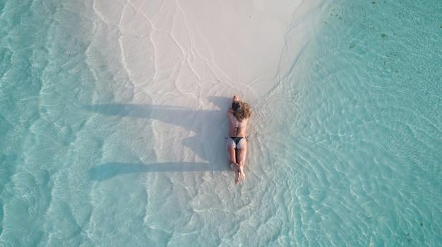 Zdjęcia Lotnicze Dziewczyny R. Na Piasku I Opalanie Na Plaży Darmowe Zdjęcia