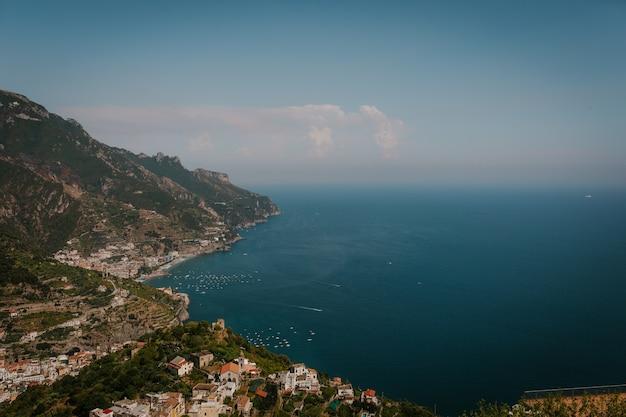 Zdjęcia Lotnicze Krajobrazu Z Budynkami Na Wybrzeżu Morza We Włoszech Darmowe Zdjęcia