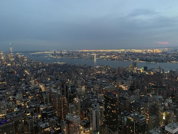 Zdjęcia Lotnicze Megapolis Z Oświetlonymi Wysokimi Budynkami Darmowe Zdjęcia