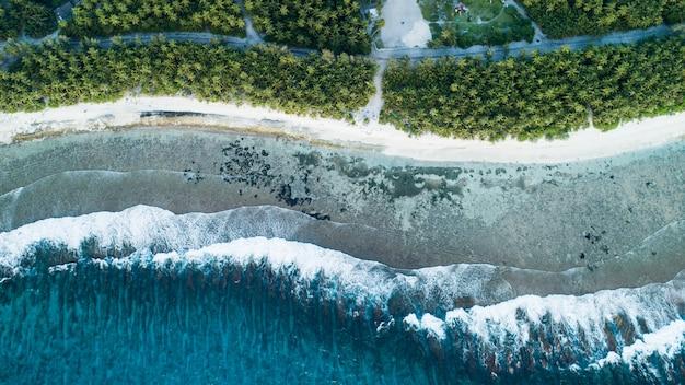 Zdjęcia Lotnicze Plaży Z Falami Z Morza I Dżungli Na Malediwach Darmowe Zdjęcia