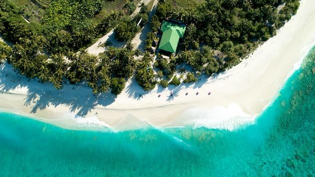 Zdjęcia Lotnicze Z Malediwów Przedstawiające Niesamowitą Plażę, Czyste Błękitne Morze I Dżunglę Darmowe Zdjęcia