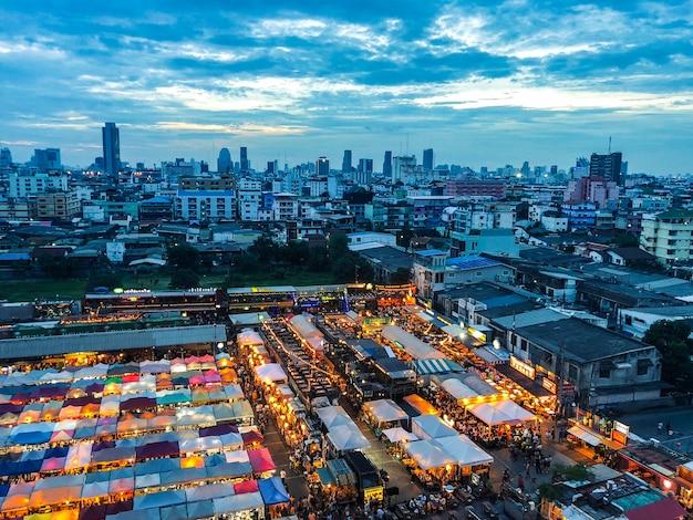 Zdjęcia Lotnicze Z Namiotów Targowych W Pobliżu Budynków Pod Błękitnym Niebem Darmowe Zdjęcia