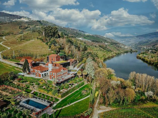 Zdjęcia Lotnicze Z Pięknego Jeziora I Lasu Z Małą Rezydencją Pośrodku Darmowe Zdjęcia