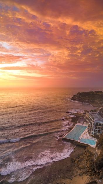 Zdjęcia Lotnicze Z Plaży Z Dużym Basenem Hotelu I Morza Podczas Zachodu Słońca Darmowe Zdjęcia