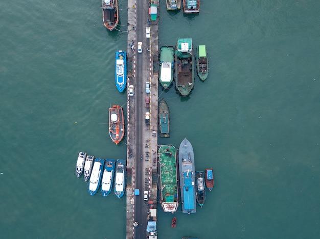 Zdjęcia lotnicze załadowanych portów cargo. Premium Zdjęcia